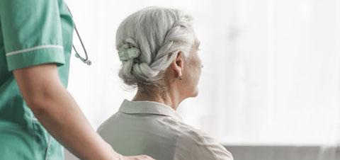 Las mujeres viven más que los hombres pero con peor salud, según un informe